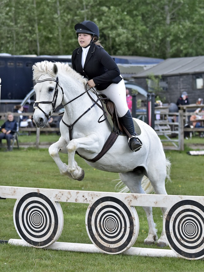 Ellens\' pony is back jumping again!